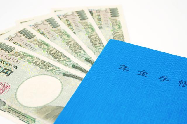 厚生年金に加入する人と受けられる年金