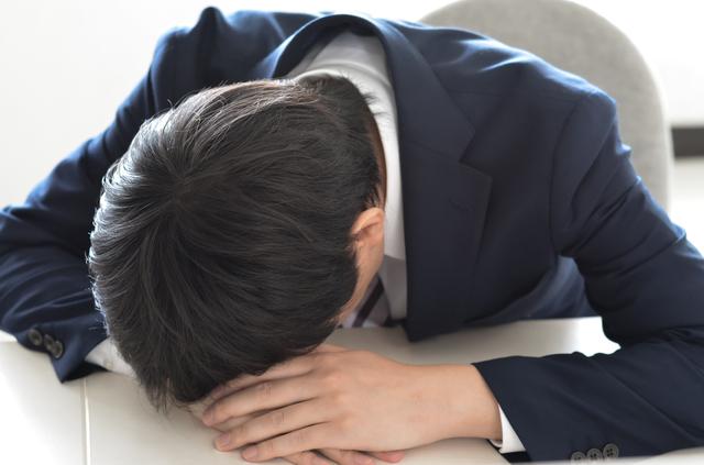 居眠りする人が昇進する職場の問題